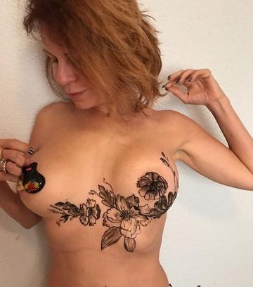 Наталья Штурм с узорами на груди