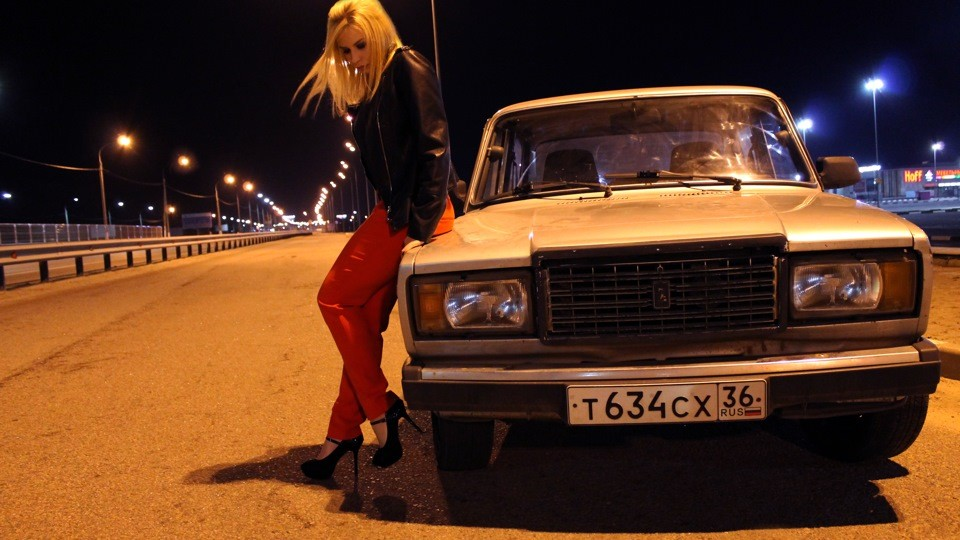 Девушка возле автомобиля