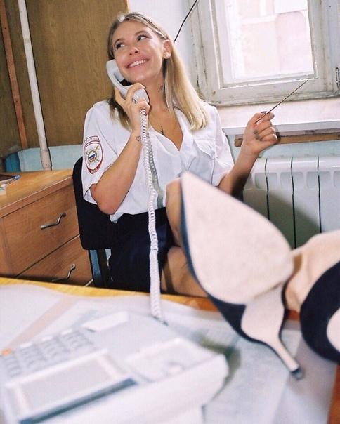 """Москвичка в форме устроила очень откровенную фотосессию в отделении полиции и """"взорвала"""" интернет, видео и фото"""